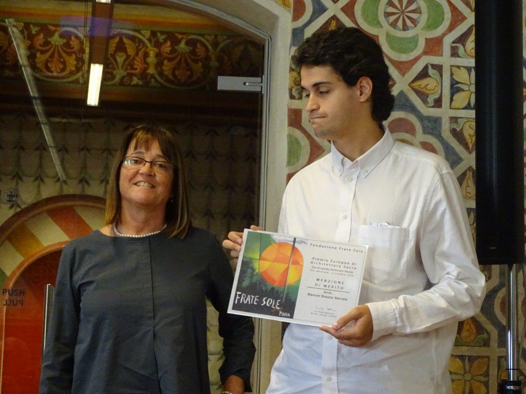 Chiara Rovati, membro del CdA della Fondazione Frate Sole premia arch. Manuel Bouzas Barcala – MENZIONE DI MERITO