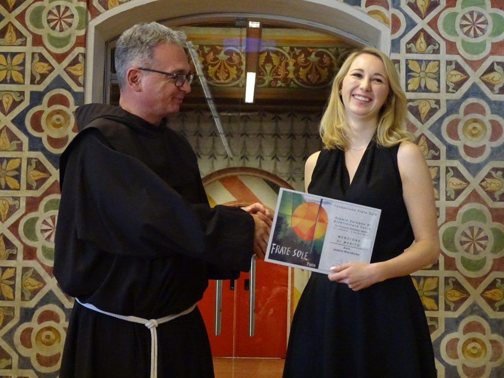 Padre Maggiorino Stoppa, membro del CdA della Fondazione Frate Sole premia arch. Joanna Wierzbicka – MENZIONE DI MERITO